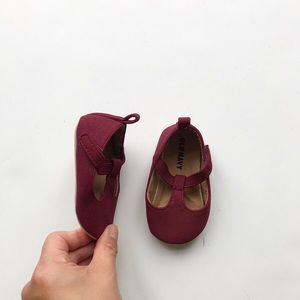Old Navy maroon t-straps EUC 6-12 months (size 3)